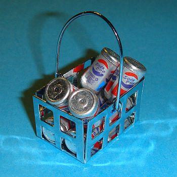 Panier en métal rempli de canettes de soda – 786/229
