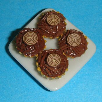 Petite assiette en porcelaine avec 4 petites tartes au chocolat – 786C1