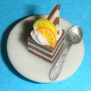 Part de gâteau dans une assiette en porcelaine blanche avec cuillère – 786C4